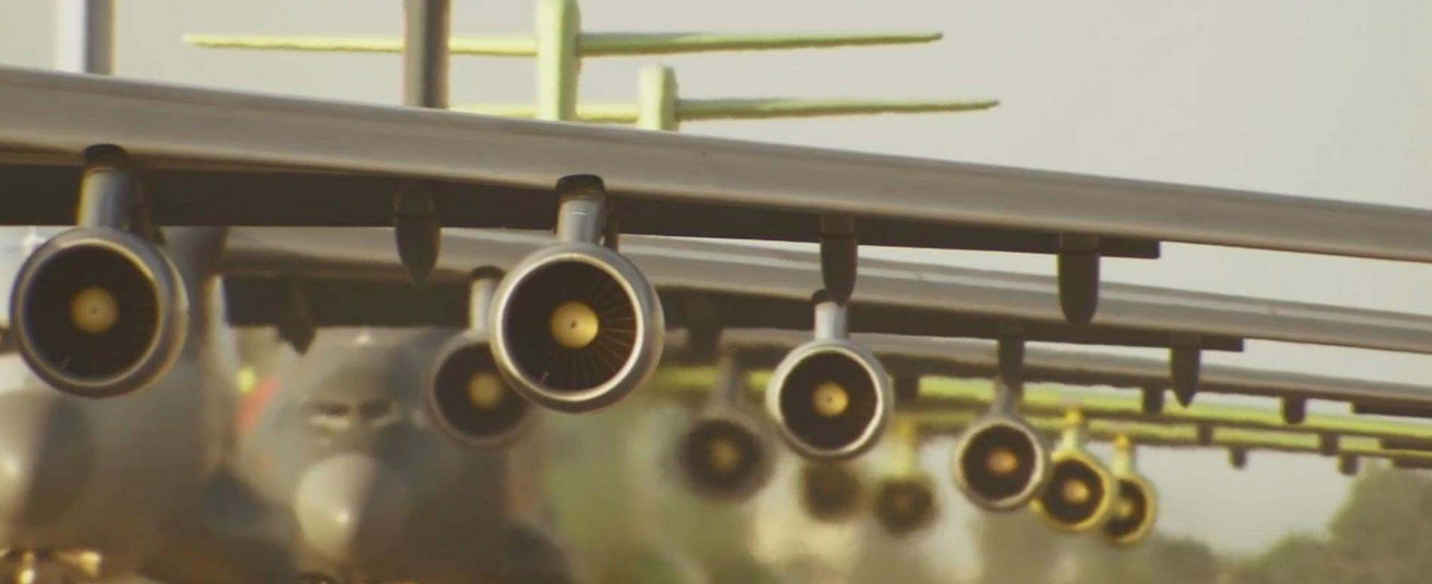 """近日网上传出中国国产大型运输机运20进行""""大象漫步""""画面。画面显示,至少5架运20列队滑行,十分壮观!"""