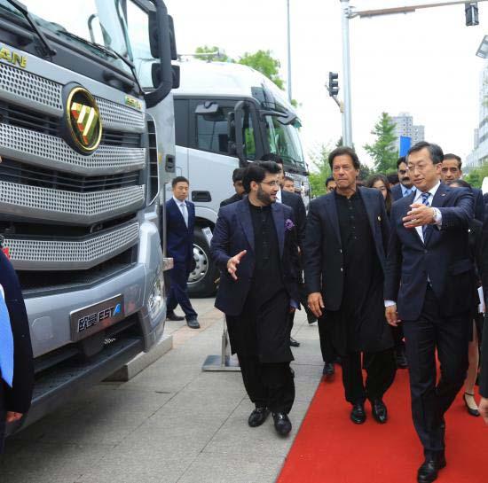 【巴基斯坦总理伊姆兰•汗参观欧曼超级重卡】